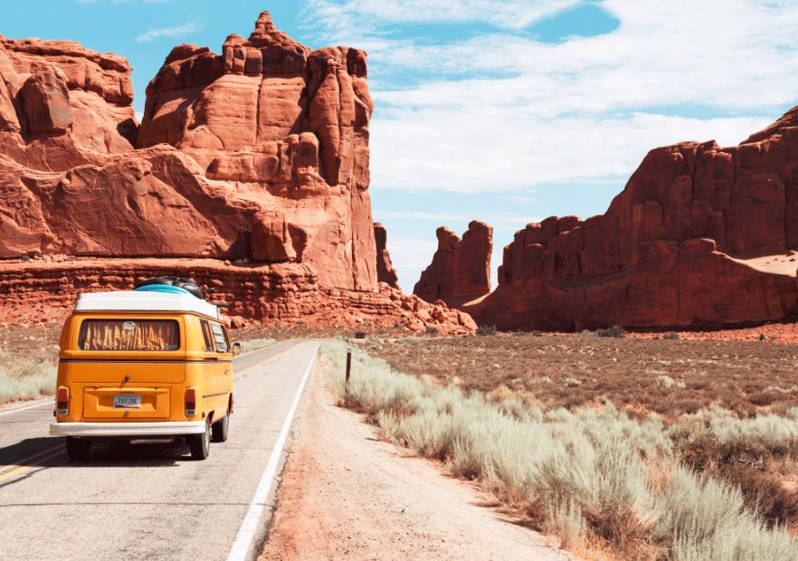 Van jaune en voyage sur des routes aux États-Unis