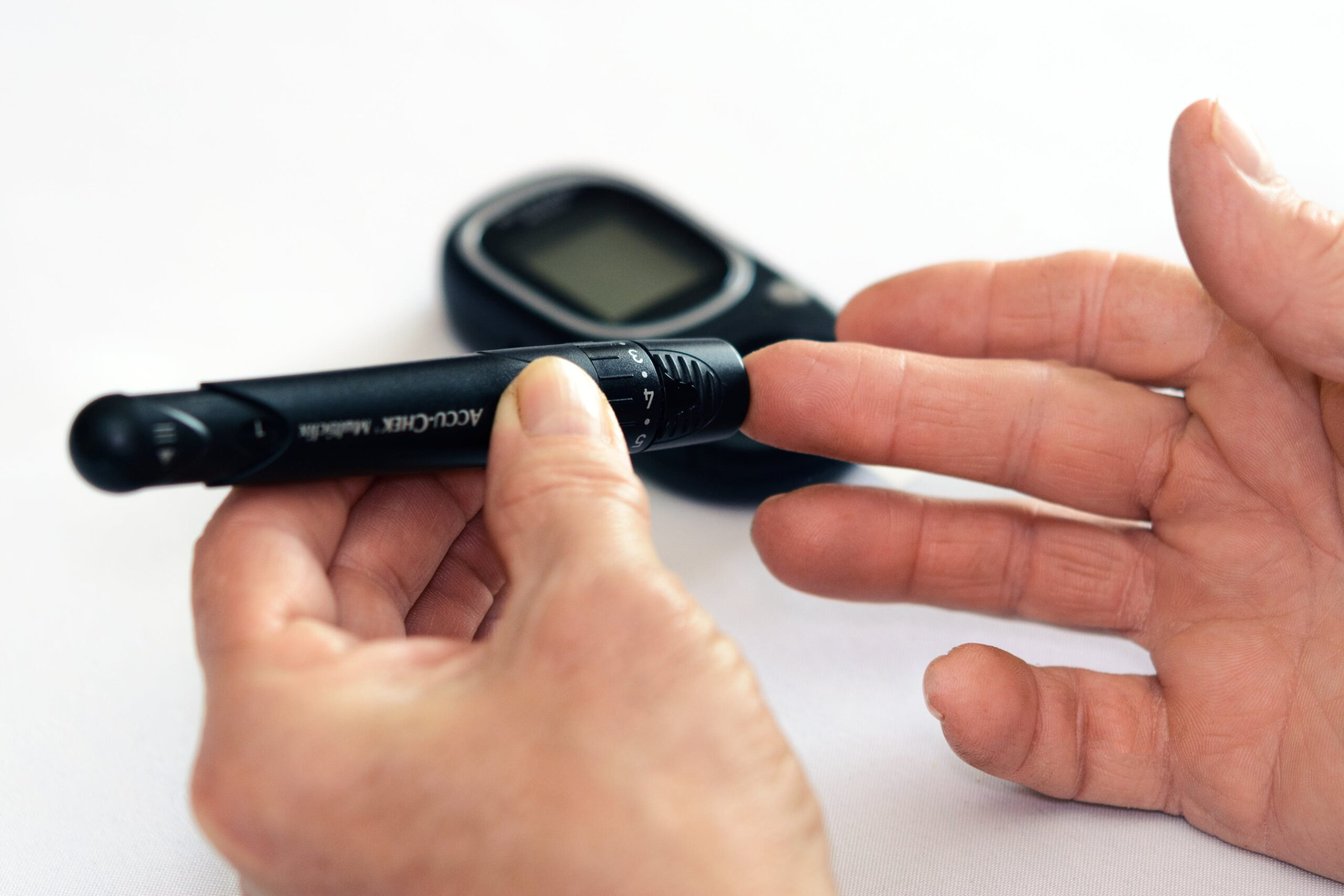 Personne diabétique qui mesure sa glycémie avec un glucomètre