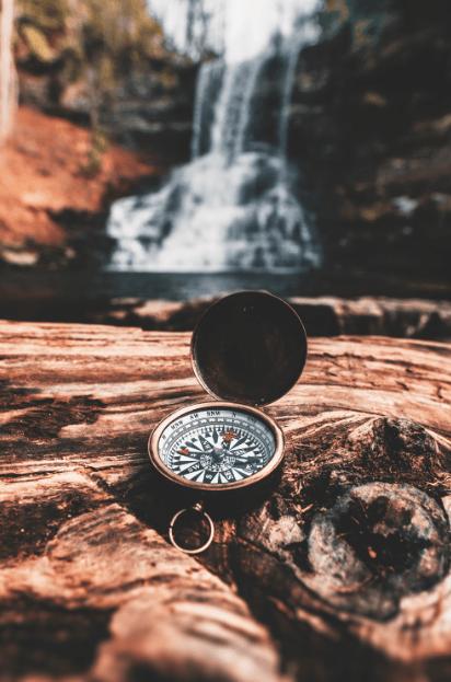 Boussole posée sur un rocher