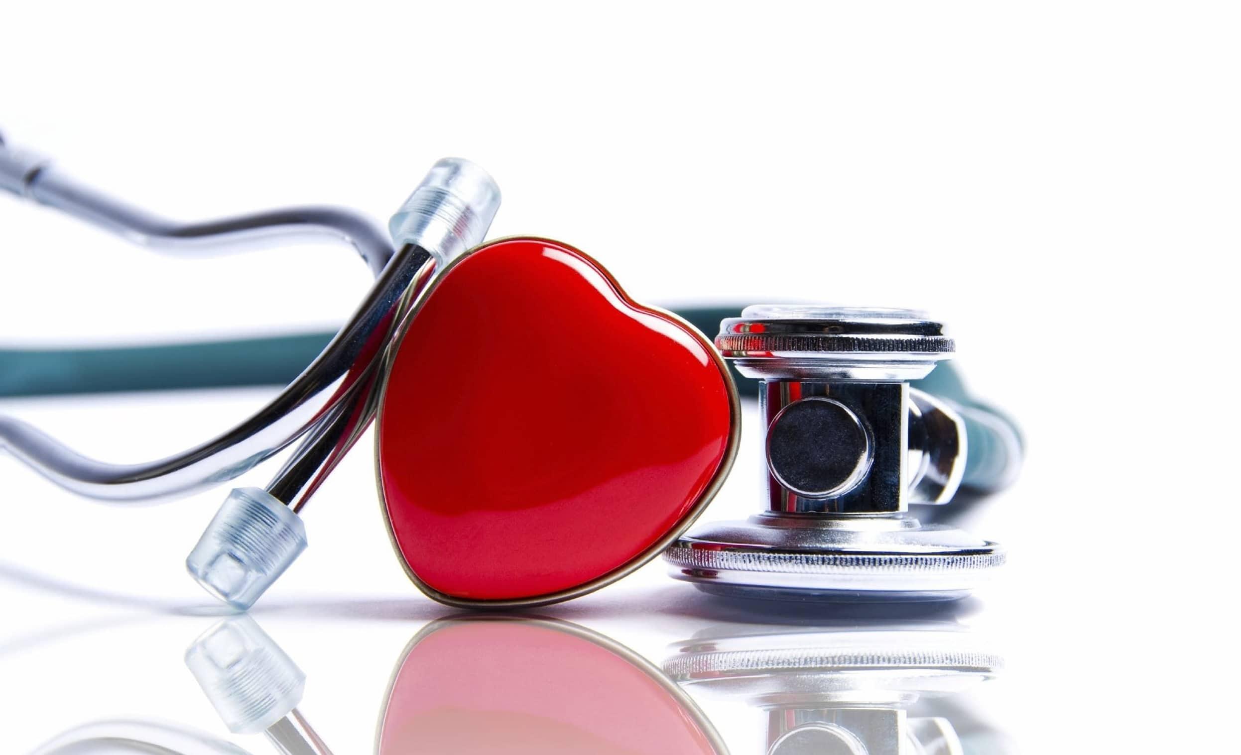 Stéthoscope posé à côté d'un objet en forme de coeur